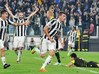 Striker Juventus, Mario Mandzukic, merayakan gol yang dicetaknya ke gawang Sporting Lisbon pada laga Liga Champions di Stadion Allianz, Turin, Rabu (18/10/2017). Juventus menang 2-1 atas Sporting. (AP/Alessandro Di Marco)