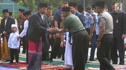 Presiden Joko Widodo bersalaman sebelum salat id Hari Raya Idul Fitri 1 Syawal 1439 H di di Lapangan Astrid, Kebun Raya Bogor (15/6). (Merdeka.com/Arie Basuki)