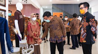 Pembukaan Kampus UMKM Shopee Ekspor dilakukan Direktur Shopee Indonesia Handhika Jahja bersama Walikota Surakarta Gibran Rakabuming. Dok Shopee