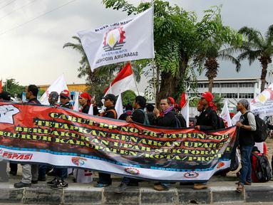 Ratusan buruh menggelar aksi demo di kawasan industri Pulogadung, Jakarta, Selasa (24/11/2015). Buruh menuntut dicabutnya Peraturan Pemerintah No 78 Tahun 2015 tentang Pengupahan. (Liputan6.com/Yoppy Renato)