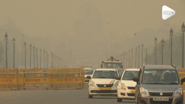 Ibu kota India, New Delhi diselimuti asap beracun pada Kamis (8/11) usai Festival Hindu Diwali. Pemerintah mengatakan hal in terjadi karena pembakaran petasan dan jerami, sementara warga mencemooh tuduhan tersebut.