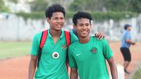 Si kembar di Timnas Indonesia U-16,  Amiruddin Bagas Kaffa (kiri) dan Amiruddin Bagus Kahfi. (Bola.com/Aditya Wany)