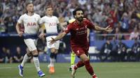 Penyerang Liverpool, Mohamed Salah, melakukan selebrasi usai membobol gawang Tottenham Hotspur pada laga Liga Champions 2019 di Stadion Wanda Metropolitano, Madrid, Minggu (2/6). Liverpool menang 2-0 atas Tottenham Hotspur. (AP/Felipe Dana)