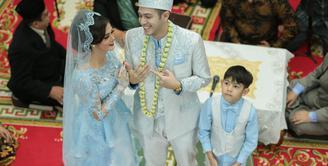 Mantan suami Risty Tagor, Rifky Balweel resmi melepas masa dudanya. Rifky menikah lagi dengan Biby Alraen. Pada hari bahagiannya itu, Rifky didampingi oleh putranya, Arsen Raffa Balweel. (Adrian Putra/Bintang.com)