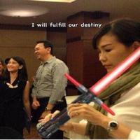 Sebelum Veronica Tan dikabarkan punya lelaki idaman lain, ia pernah begitu 'cemburu' pada Dian Sastro yang ajak selfie suaminya. (Sumber foto: liputan6.com)