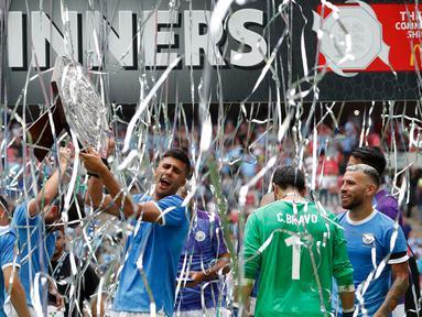 Para pemain Manchester City merayakan gelar juara Community Shield setelah mengalahkan Liverpool di Stadion Wembley, London, Minggu (4/8). City menang 1-1 (5-4) atas Liverpool. (AFP/Adrian Dennis)