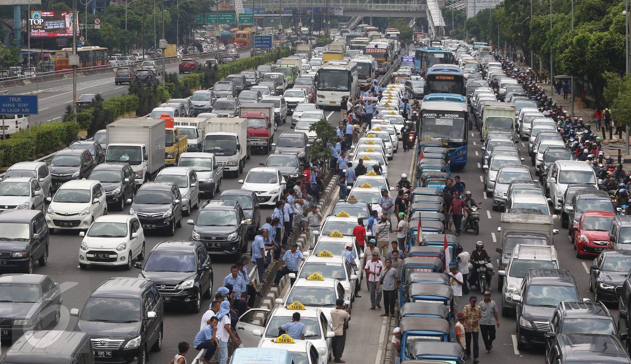 Kemacetan parah terjadi di sepanjang tol dalam kota dan Jalan Gatot Subroto, Jakarta, Selasa (22/3). Ribuan sopir taksi memblokir jalan protokol tersebut hingga membuat kendaraan lain tidak bisa lewat. (Liputan6.com/Immanuel Antonius)