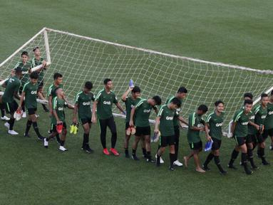 Pemain Timnas Indonesia U-22 menggotong gawang usai latihan di Lapangan ABC Senayan, Jakarta, Kamis (14/2). Latihan ini merupakan persiapan terakhir jelang Piala AFF U-22 2019 di Kamboja. (Bola.com/M. Iqbal Ichsan)