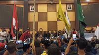 Massa Aliansi Sulawesi Barat Bergerak saat menguasai ruang rapat paripurna DPRD Sulawesi Barat (Foto: Liputan6.com/Abdul Rajab Umar)