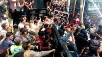 Massa demo mahasiswa yang memaksa masuk gedung DPRD Kota Malang harus terlibat bentrok dengan petugas (Liputan6.com/Zainul Arifin)
