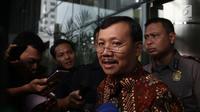 Sekretaris Daerah (Sekda) Jawa Barat Iwa Karniwa usai menjalani pemeriksaan di Gedung KPK, Jakarta, Kamis (29/11). Iwa diperiksa terkait kasus suap pengurusan izin pembangunan Meikarta. (Liputan6.com/Herman Zakharia)