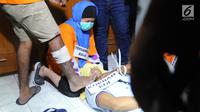 Tersangka Aulia Kesuma saat rekonstruksi pembunuhan suami dan anak tirinya di Jalan Lebak Bulus 1, Cilandak, Jakarta Selatan, Kamis (5/9/2019). Setelah sang suami tewas, para tersangka kemudian kembali merencanakan pembunhan anak tiri Aulia. (merdeka.com/Arie Basuki)