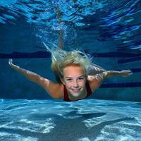Ada-ada saja hal yang bisa kamu lihat saat di kolam renang, dan mungkin menyakitkan bagi sebagian orang :D
