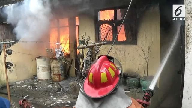 Akibat korsleting listrik, rumah agen minyak tanah di Siantar terbakar