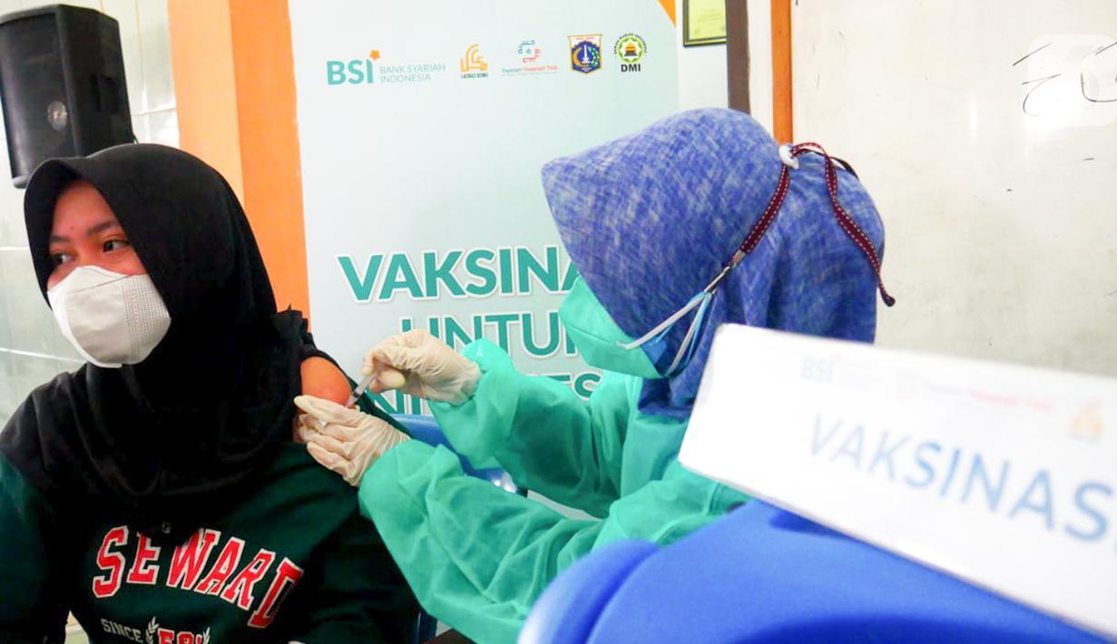Petugas medis memvaksin warga dengan jemput bola di salah satu masjid di Jakarta (31/07/2021). PT Bank Syariah Indonesia Tbk (BSI), Pemprov DKI Jakarta, Yayasan BSMU, Hasanah Titik, dan Dewan Masjid Indonesia berkolaborasi menggelar vaksinasi COVID-19 dari masjid ke masjid. (Liputan6.com/Pool/BSI)