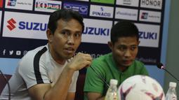 Pelatih Timnas Indonesia, Bima Sakti, menjawab pertanyaan saat jumpa pers di Stadion Rajamangala, Bangkok, Jumat (16/11). Indonesia akan melawan Thailand pada laga Piala AFF 2018. (Bola.com/M. Iqbal Ichsan)