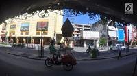 Pengendara becak motor melintas di kawasan wisata Malioboro, Yogyakarta, Selasa (31/10). Karena hari bebas pedagang kaki lima (PKL) trotoar dan jalur lambat di sepanjang jalan ini terlihat lapang dan bersih. (Liputan6.com/Gholib)