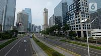 Suasana arus lalu lintas yang lengang di Jalan Raya Kawasan Jakarta, Rabu (25/3/2020). Meski hari ini merupakan libur nasional hari raya Nyepi, jalanan di Ibu Kota tampak lengang setelah imbauan untuk mengurangi aktivitas di luar rumah guna menekan penyebaran virus corona. (merdeka.com/Imam Buhori)