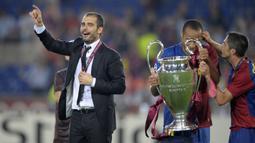 Pep Guardiola. Ia menjadi pelatih utama Barcelona pada awal musim 2008/2009 setelah sebelumnya menangani Barcelona B. Ia langsung mempersembahkan treble winners. Trofi UCL diraihnya usai menang 2-0 atas Manchester United dalam laga final di Olimpico, Roma, 27 Mei 2009. (AFP/Lluis Gene)