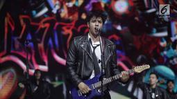 Aksi gitaris Band Anak Langit, Ammar Zoni saat tampil dalam acara SCTV Music Awards 2018 di Studio Emtek, Jakarta, Selasa (27/4). (Liputan6.com/Faizal Fanani)