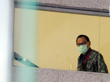 Mantan Menteri Keuangan Agus Martowardojo bersiap menjalani pemeriksaan di gedung KPK, Jakarta, Kamis (25/6/2020). Agus diperiksa sebagai saksi untuk Direktur Utama PT Sandipala Arthaputra, Paulus Tannos dalam kasus dugaan dalam kasus dugaan korupsi proyek KTP Elektronik. (merdeka.com/Dwi Narwoko)