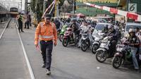 Suasana saat petugas PT KAI Daop I menggelar sosialisasi tertib berlalu lintas di pintu perlintasan sebidang kawasan Bukit Duri, Jakarta, Selasa (17/9/2019). Sosialisasi dilakukan karena banyaknya kecelakaan akibat ketidakdisiplinan pengendara. (Liputan6.com/Faizal Fanani)