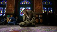 Muslim Kashmir sedang berdoa selama bulan ramadan di sebuah tempat suci di Srinagar, Kashmir yang dikuasai India, 7 Mei 2019. Saat ini umat Islam di seluruh dunia sedang menjalankan ibadah di bulan Ramadan dengan menahan lapar, haus, dan hawa nafsu mulai fajar hingga senja. (AP/Mukhtar Khan)