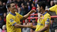 Gelandang Arsenal Mikel Arteta (kanan) berselebrasi dengan Mesut Ozil  usai mencetak gol dari titik penalti ke gawang Crystal Palace pada pertandingan Liga Inggris di Selhurst Park di London pada 26 Oktober 2013. Sejak 2016, Arteta sudah jadi asisten pelatih di Manchester City.  (AFP/Ian Kington)