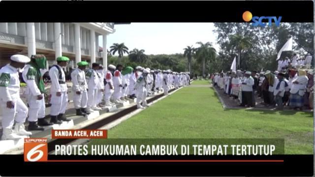 Unjuk rasa ormas Islam, ricuh, karena menolak kebijakan peraturan Gubernur Aceh tentang hukuman cambuk.