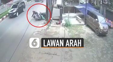 Terekam kamera cctv pemotor lawan arah akhirnya alami kecelakaan.