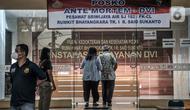 Keluarga korban kecelakaan pesawat Sriwijaya Air SJ 182 mendatangi Posko Ante Mortem DVI di RS Polri Sukanto, Kramat Jati, Jakarta, Minggu (10/1/2020). Data keluarga korban Sriwijaya Air SJ 182 diperlukan tim forensik RS Polri guna kepentingan identifikasi. (merdeka.com/Iqbal S. Nugroho)