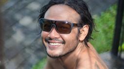 Meski kini sudah menginjak usia kepala empat, aktor asal Surabaya ini tetap menawan. Apalagi ketika ia kerap memakai kacamata hitam. (Liputan6.com/IG/@dwisasono)