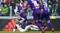 Striker Juventus, Cristiano Ronaldo, terjatuh saat berebut bola dengan pemain Fiorentina pada laga Serie A di Stadion Allianz, Minggu (2/2/2020). Juventus menang 3-0 atas Fiorentina. (AP/Fabio Ferrari)