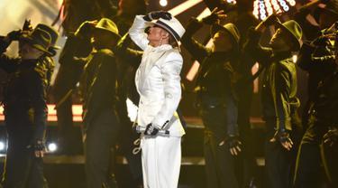 """Penyanyi Jennifer Lopez (JLo) saat menyanyikan lagu """"Dinero"""" dalam acara Billboard Music Awards 2018 di Las Vegas, AS (20/5). JLo beraksi dengan bergaya seperti Raja Pop Dunia, mendiang Michael Jackson. (AP Photo/Chris Pizzello)"""