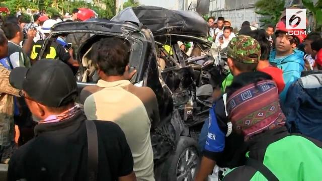 Sebuah mobil ringsek setelah dua kali ditangkap kereta di kawasan Bulak Kapal, Bekasi. Pengemudi diduga memaksakan masuk lintasan kereta tanpa palang saat kondisi macet.