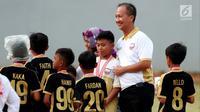Menteri Sosial Agus Gumiwang menyapa anak-anak saat mengunjungi dan menyaksikan sekaligus menutup Turnamen Asiana Cup IV di Jakarta, Minggu (14/10). Asiana Cup membina pesepak bola usia dini. (Liputan6.com/JohanTallo)