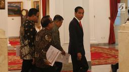 Presiden Joko Widodo berjalan untuk memberikan keterangan pers terkait rencana pemindahan Ibu Kota Negara di Istana Negara, Jakarta, Senin (26/8/2019). Presiden Jokowi secara resmi mengumumkan keputusan pemerintah untuk memindahkan ibu kota negara ke Kalimantan Timur. (Liputan6 com/Angga Yuniar)