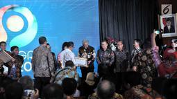 Gubernur Jawa Tengah Ganjar Pranowo (tengah) menerima penghargaan dari Menteri Ketenagakerjaan Hanif Dhakiri dalam Indeks Pembangunan Ketenagakerjaan (INTEGRA) 2018 di Kantor Kemnaker, Jakarta, Senin (19/11). (Merdeka.com/Iqbal Nugroho)