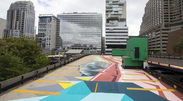 Mural terlihat di atap gedung dalam acara Yorkville Murals 2020 di Toronto, Kanada (29/8/2020). Dengan karya mural artistik dan implementasi aktivasi budaya, acara tahunan ini dimulai Jumat (28/8) hingga Minggu (30/8) sebagai perayaan seni publik dan gerakan mural kontemporer. (Xinhua/Zou Zheng)