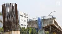 Suasana proyek pembangunan tol Bekasi-Cawang-Kampung Melayu (Becakayu) di Jalan DI Panjaitan, Jakarta Timur, Kamis (25/10). Proyek yang masih terus berlangsung ini dikerjakan sebagai upaya untuk menambah infrastruktur di ibu kota (Merdeka.com/Imam Buhori)