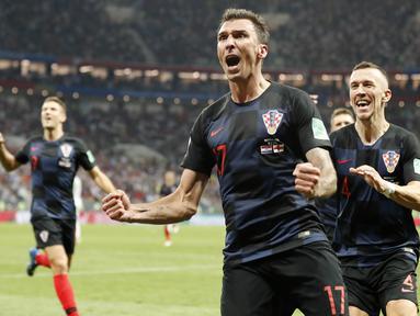 Striker Kroasia, Mario Mandzukic, melakukan selebrasi usai mencetak gol ke gawang Inggris pada laga semifinal Piala Dunia di Stadion Luzhniki, Rabu (11/7/2018). Kroasia menang 2-1 atas Inggris. (AP/Frank Augstein)