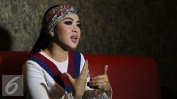 Penyanyi Syahrini menjawab pertanyaan wartawan usai latihan nyanyi buat HUT SCTV di Jakarta, Jumat (19/8). HUT SCTV yang ke-26 akan diadakan di istora senayan secara Live pada pukul 18.45 Wib. (Liputan6.com/Herman Zakharia)