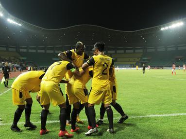 Para pemain Bhayangkara FC merayakan gol yang dicetak Dendy Sulistyawan ke gawang Bali United pada laga Piala Presiden 2019 di Stadion Patriot, Bekasi, Kamis (14/3). Bhayangkara menang 4-1 atas Bali. (Bola.com/Yoppy Renato)