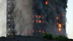 Sebuah gedung apartemen bertingkat 27 lantai yang terbakar di London (14/6). Sebanyak 200 pemadam kebakaran dikerahkan ke lokasi bersama 40 unit mobil pompa air. (AP Photo/Matt Dunham)