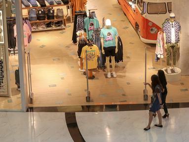 Pengunjung melintas di salah satu tenant di Lippo Mall Puri, Jakarta, Senin (15/6/2020). Menuju New Normal berdasarkan Pergub No. 51 tahun 2020 tentang PSBB pada masa transisi sejumlah pusat perbelanjaan di wilayah Jakarta kembali beroperasi. (Liputan6.com/Fery Pradolo)