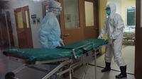 Sejumlah petugas medis dengan mengenakan APD melakukan simulasi penanganan pasien corona di RSUD Moewardi Solo.(Liputan6.com/Fajar Abrori)