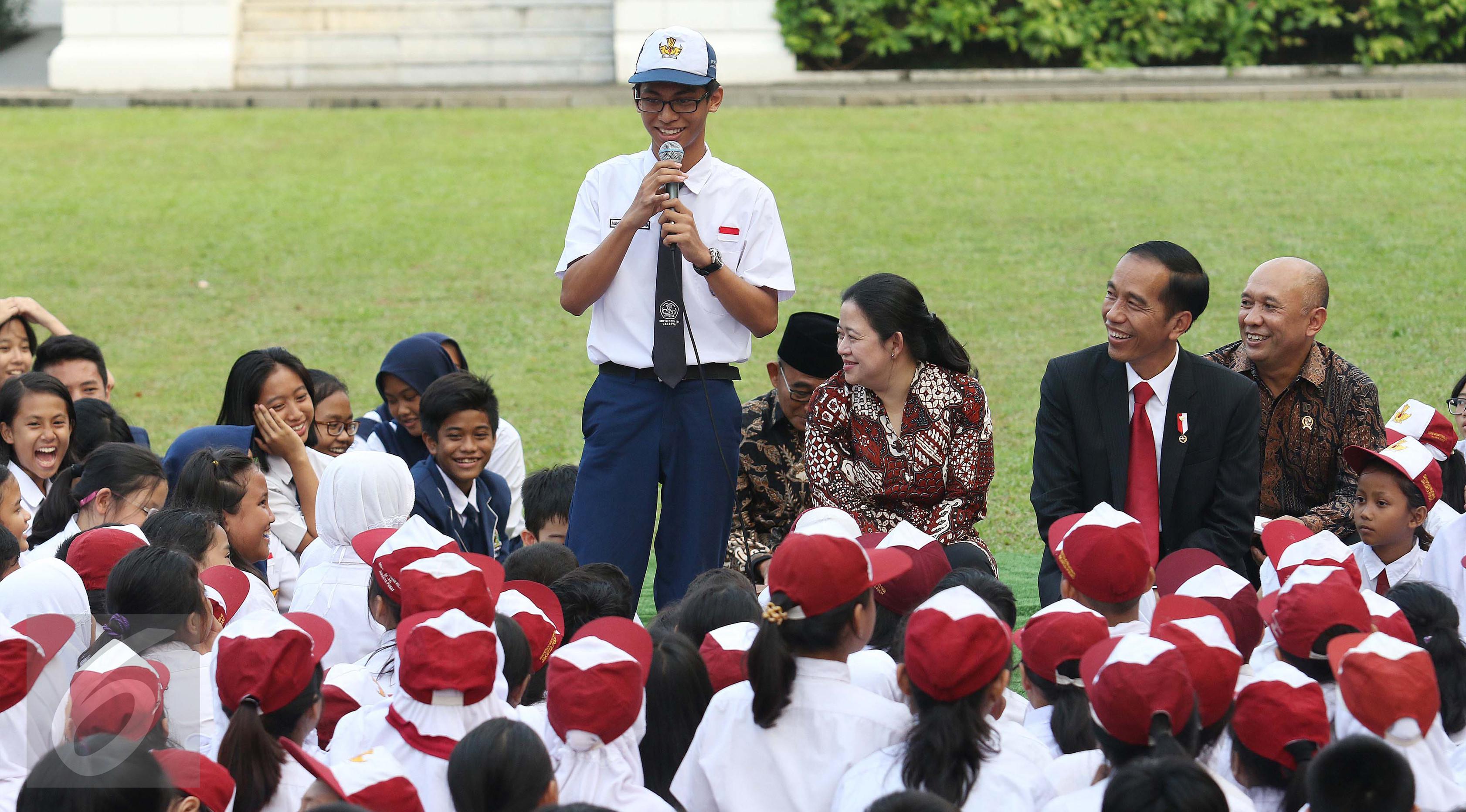 Seorang siswa berdiri berbicara didepan Presiden Jokowi dan siswa lainnya di halaman tengah Istana, Jakarta, Rabu (17/5). Kegiatan mendongeng ini untuk memperingati hari buku nasional. (Liputan6.com/Angga Yuniar)
