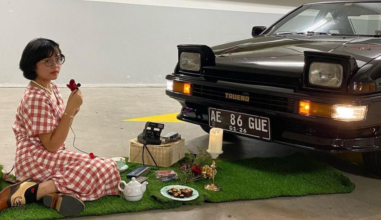 Gaya busana vintage dari Cinta Kuya ini nampaknya menyesuaikan dengan mobil klasik kesayangannya, yakni Toyota AE86 Trueno. Dalam pemotretan ini, Cinta nampak bak sedang piknik bersama mobilnya. (Liputan6.com/IG/cintakuya)