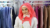 Bosan dengan gaya hijab yang itu-itu saja, ini cara memakainya yang tidak membosankan untuk ke pesta.