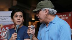 Ariel Noah dan Iwan Fals memberikan keterangan pers saat peluncuran Album Satu di kawasan Menteng, Jakarta, Rabu (11/05/2016). Album Satu ini kolaborasi antara Iwan Fals, Noah, Nidji, D'masiv dan Geisha. (Liputan6.com/Herman Zakharia)